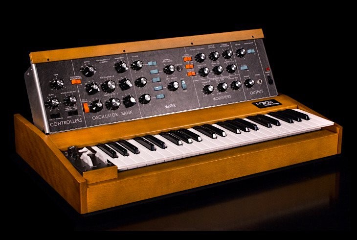 Learn how to make your own old-school 1V octave synthesizer.